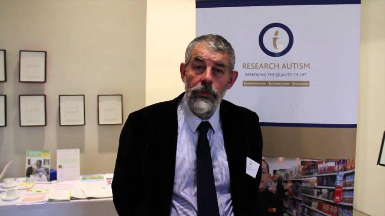 Giáo sư tâm lý học Digby Tantum tại Đại học Sheffield, là người thực hiện nghiên cứu về sự liên não.