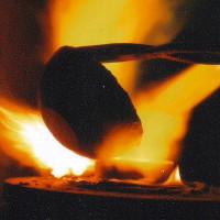 Điều gì xảy ra khi vung tay qua dòng kim loại nóng chảy?