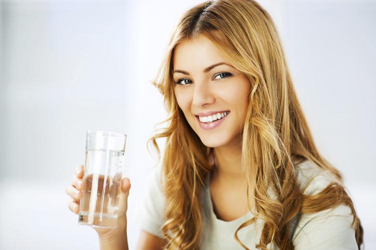 Uống nước hỗ trợ đau đầu do thời tiết thay đổi.