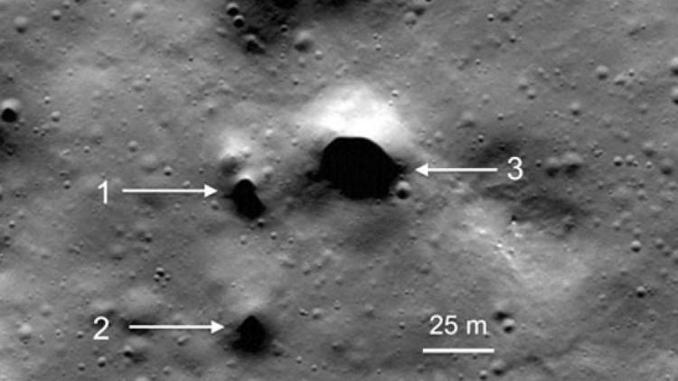 Một miệng hố lớn tại vùng Philolaus Crater - gần cực Bắc mặt trăng