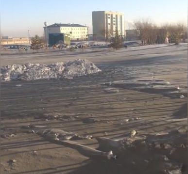 Tuyết đen phủ đầy mặt đường.
