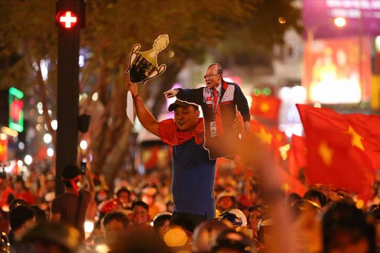 Người dân đổ ra đường ăn mừng chiến thắng của đội tuyển U23 Việt Nam.