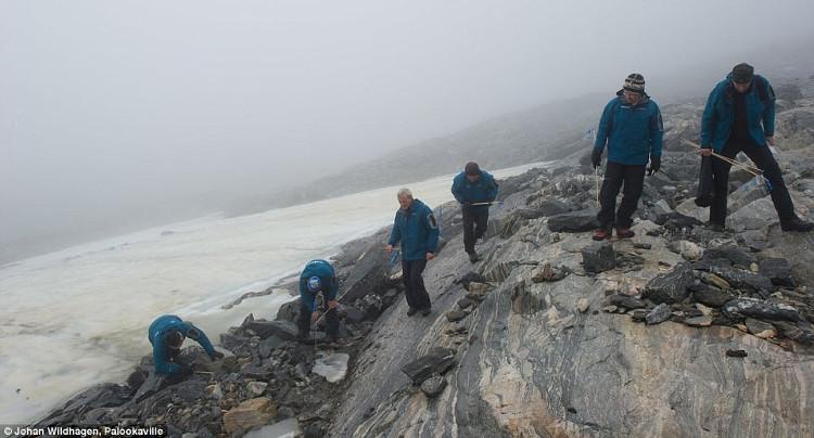 Các nhà khảo cổ học tìm kiếm cổ vật trên một dãy núi Na Uy.