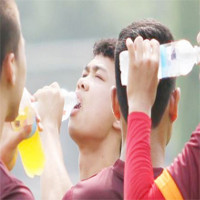 Cầu thủ bóng đá uống nước thế nào khi thi đấu?