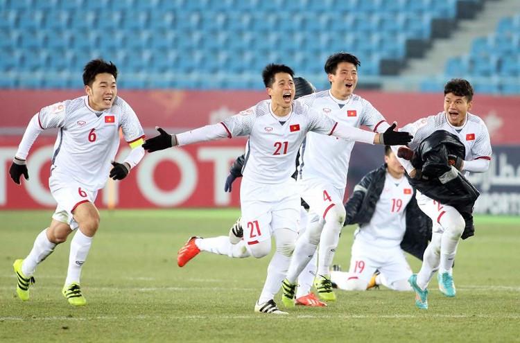 Các cầu thủ U23 Việt Nam chú trọng mặc áo ấm và găng tay khi thi đấu dưới tiết trời lạnh ở Trung Quốc.