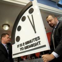 """""""Đồng hồ Tận thế"""" báo thời điểm nhân loại hủy diệt còn 2 phút"""