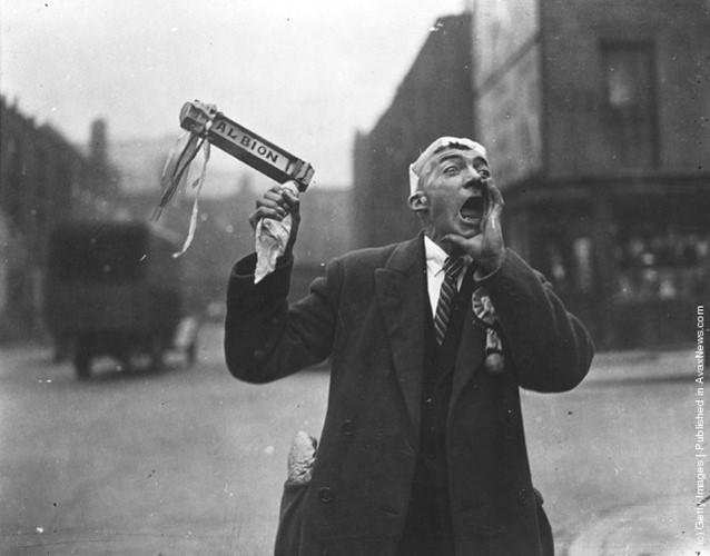 Một fan cuồng bóng đá của đội West Bromwich Albion FC đang hò hét cổ vũ khi đến sân Wembley