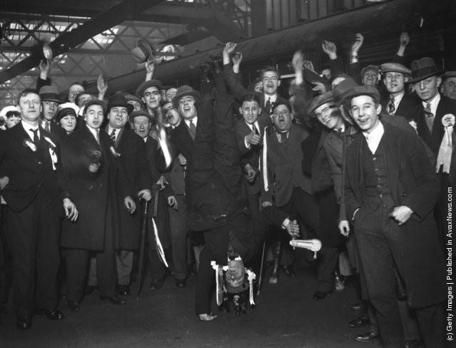 Một fan Arsenal trổ tài trồng cây chuối bằng một tay trên đường tới Birmingham xem trận đấu của đội mình trong cúp FA, 29/1/1930