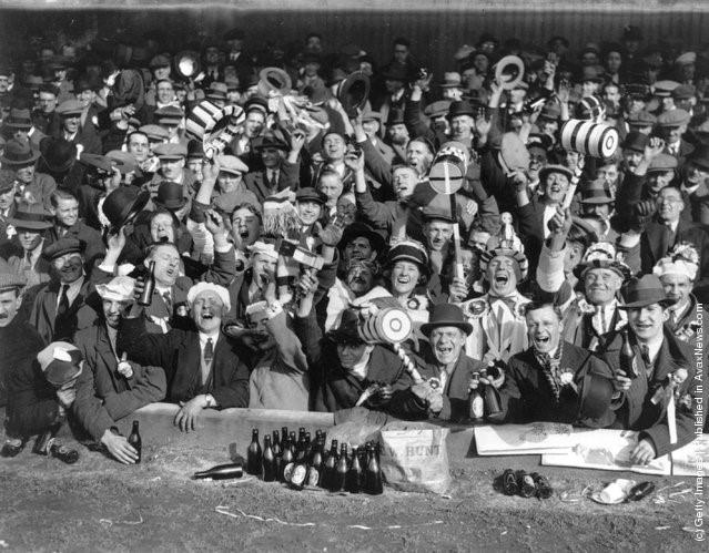 Những người ủng hộ đội West Ham United tại trận bán kết cúp FA với Everton ở sân Wolves