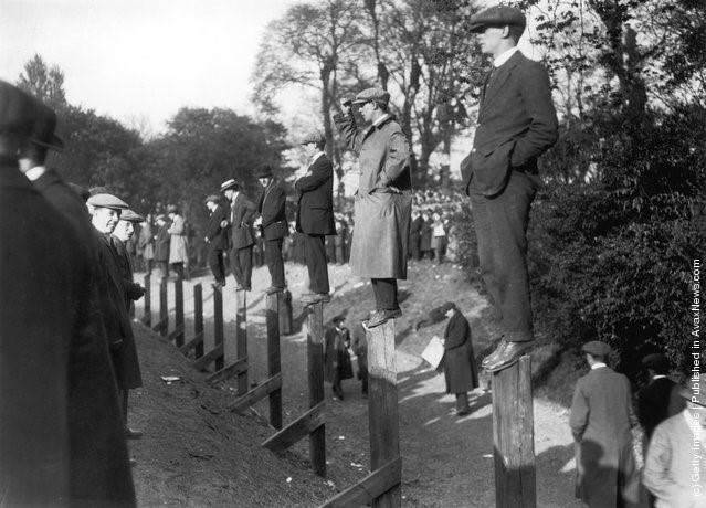 Các quý ông đứng trên cọc rào bằng gỗ để xem trận Burnley và Liverpool tranh cúp FA tại sân Crystal Palace ở Nam London