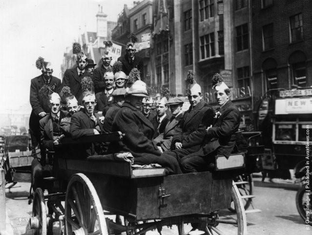Một nhóm cổ động viên của Liverpool trên đường đến sân Crystal Palace