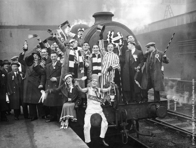 """Cổ động viên của đội Arsenal tại King""""s Cross bắt những chuyến tàu đặc biệt tới Huddersfield để xem trận bán kết cúp FA với Grimbsy, 21/3/1936"""