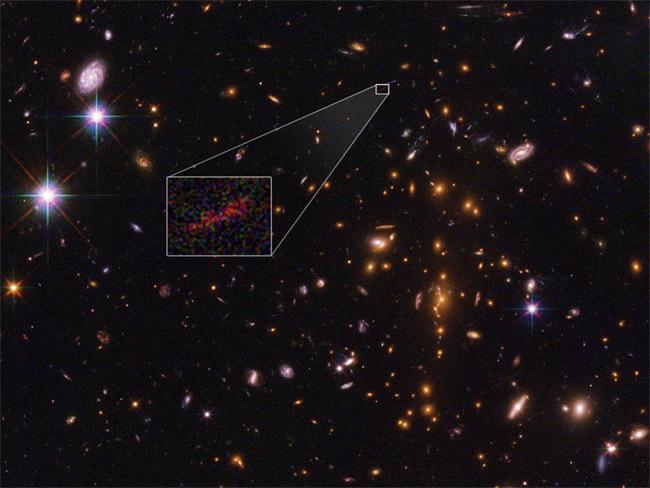 Một thiên hà xa xôi nhất vũ trụ bất ngờ lọt vào tầm ngắm các kính viễn vọng không gian