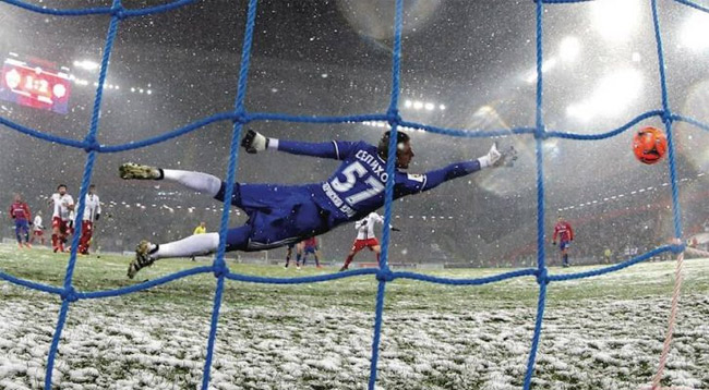 Tuyết rơi khiến trái bóng trơn trượt và khó kiểm soát với các thủ môn