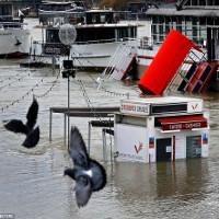 Mưa lớn liên tục, nhiều tầng trệt ở Paris biến mất