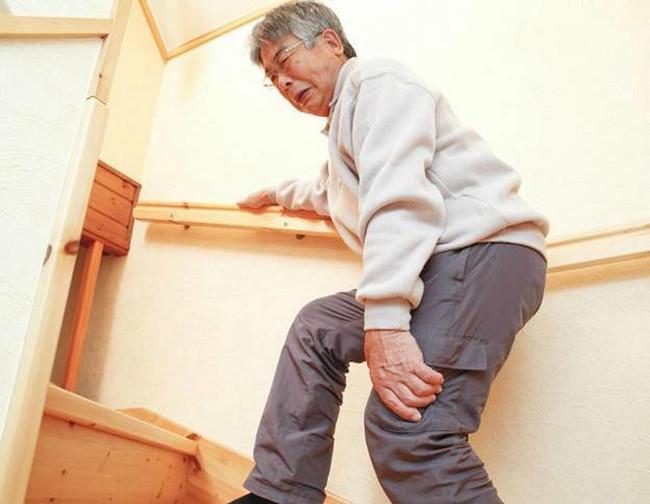 Trước khi rời khỏi giường vào buổi sáng, người bệnh cần tập co duỗi các ngón tay, chân.