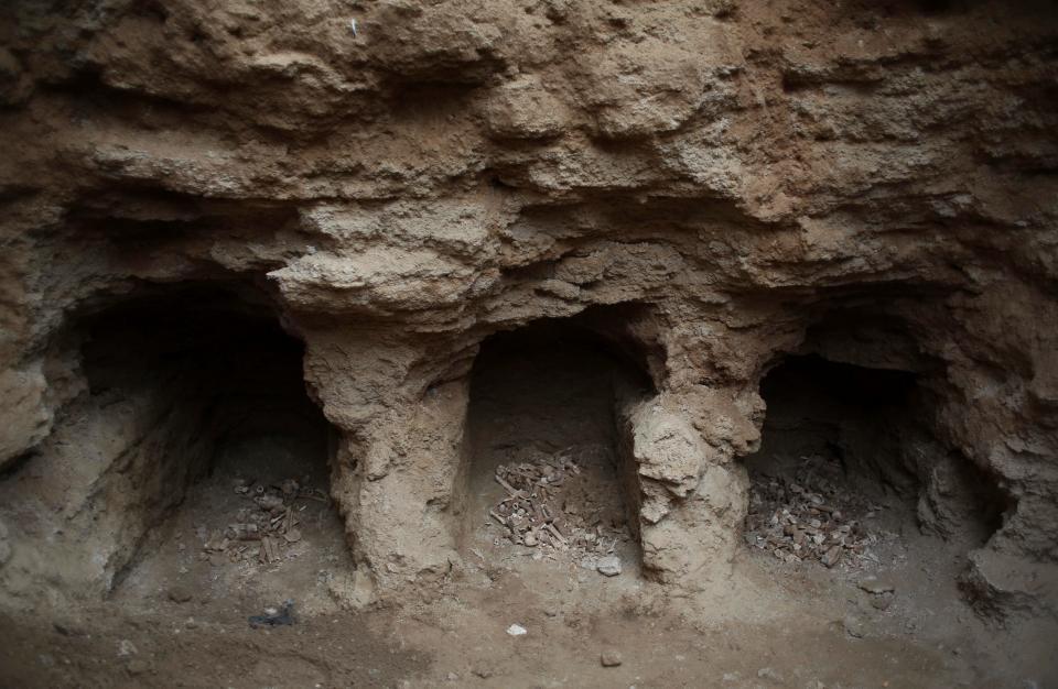 Các chuyên gia tin rằng nghĩa trang có niên đại khoảng 2.000 năm tuổi.