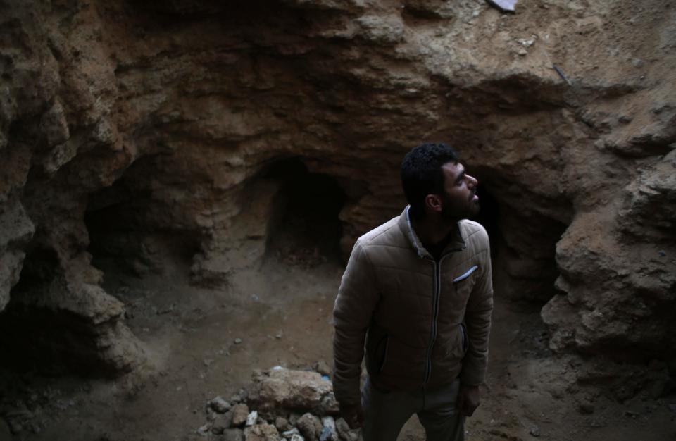 Abdelkarim al-Kafarna phát hiện nghĩa trang cổ ở sân sau nhà.