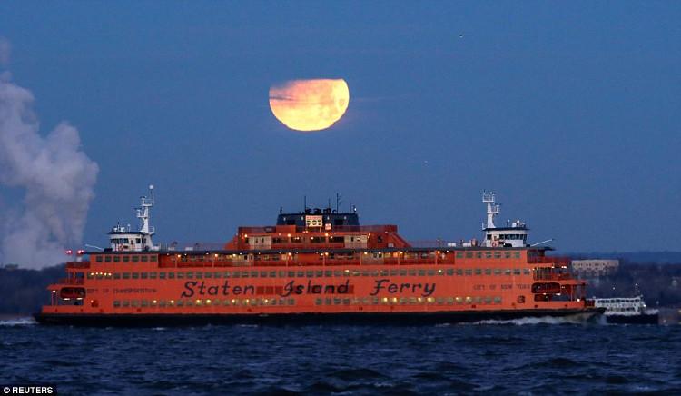 Siêu trăng và nguyệt thực một phần tại Brooklyn.