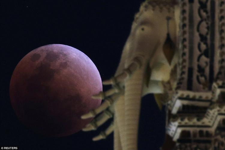 Siêu trăng máu tại Thái Lan.