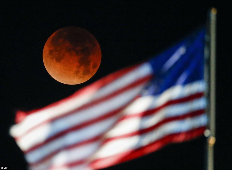 Siêu trăng máu xuất hiện sau lá cờ tại Mỹ.