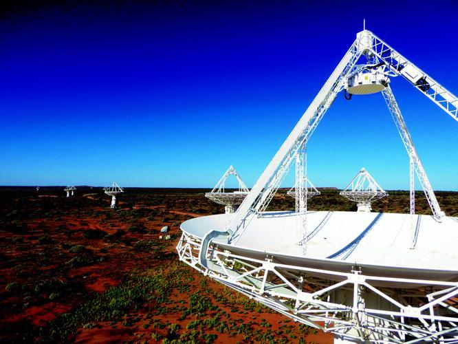 Hai kính viễn vọng vô tuyến có thể kết nối thông qua tham chiếu tần số ổn định.