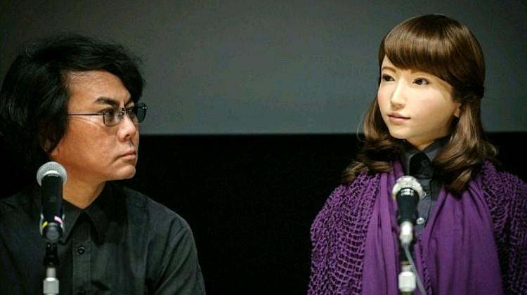Erica trả lời phỏng vấn bên cạnh cha đẻ Hiroshi Ishiguro