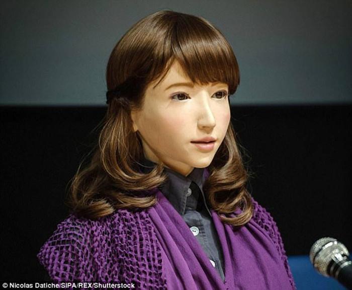 Cô gái sở hữu một AI - bộ não mang trí tuệ nhân tạo nên có khả năng tư duy, học tập gần như một con người