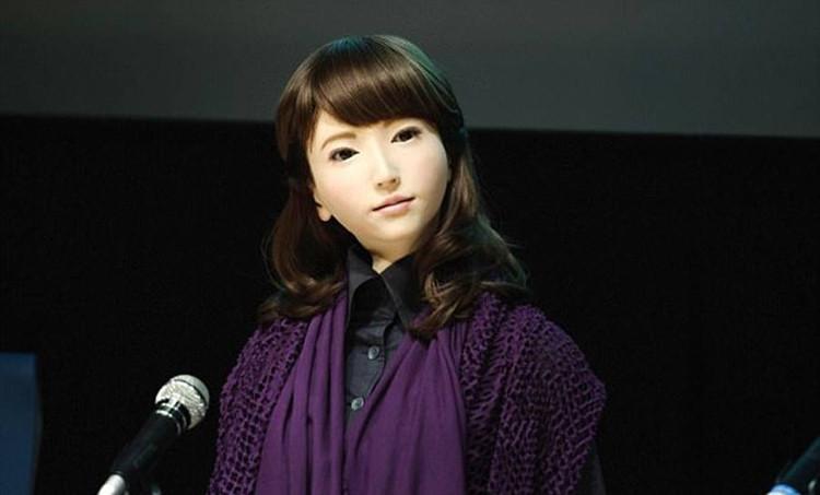 Cận cảnh nhan sắc xinh đẹp của cô gái robot 23 tuổi Erica