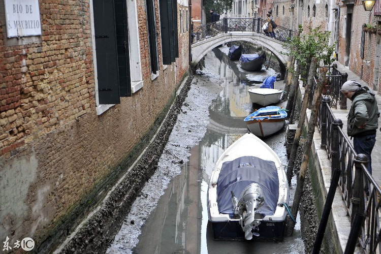 Hệ thống kênh đào tại Venice đang cạn sạch nước.