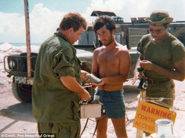 Những người lính Mỹ chôn cất chất thải hạt nhân mà không sử dụng bất kì dụng cụ bảo hộ nào.