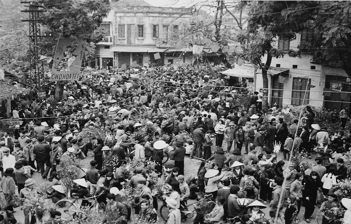 Chợ hoa tết Ất Mão 1975 tại Hà Nội.