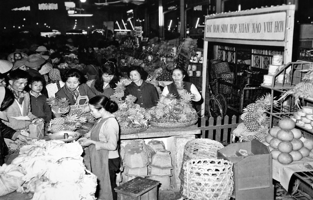 Quầy bán rau quả phục vụ nhân dân dịp Tết.