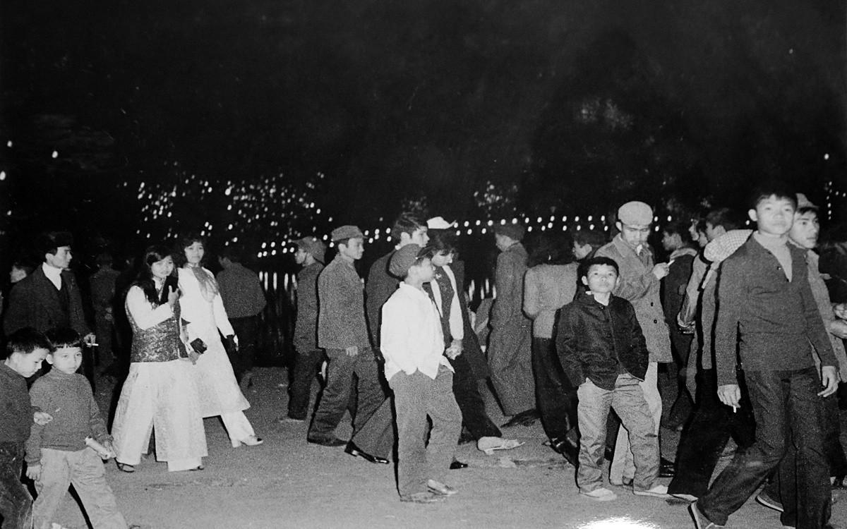 Nhân dân Hà Nội đón giao thừa bên Hồ Gươm tết Giáp Thìn 1964.