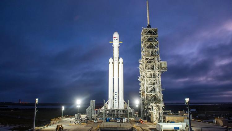 Tên lửa Falcon Heavy trên bệ phóng