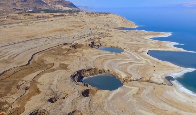 Hố sụt ở Biển Chết.