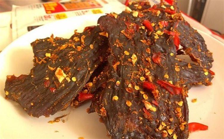 Thịt bò khô giả thường được làm từ thịt lợn nái, phần lớn là thịt ôi hoặc phổi bò
