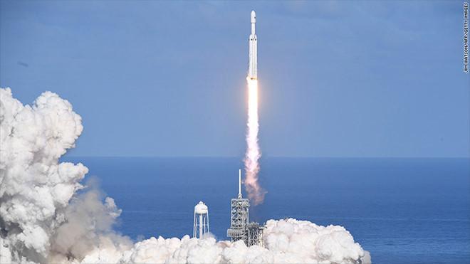 Tên lửa Falcon Heavy rời bệ phóng hôm 6/2.