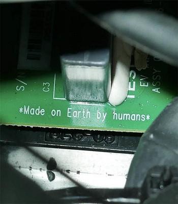 """Dòng chữ """"Sản xuất bởi con người trên Trái Đất"""" trên bảng điều khiển xe."""