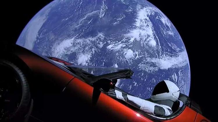 Chiếc Tesla bay vào không gian trên lưng tên lửa Falcon Heavy.