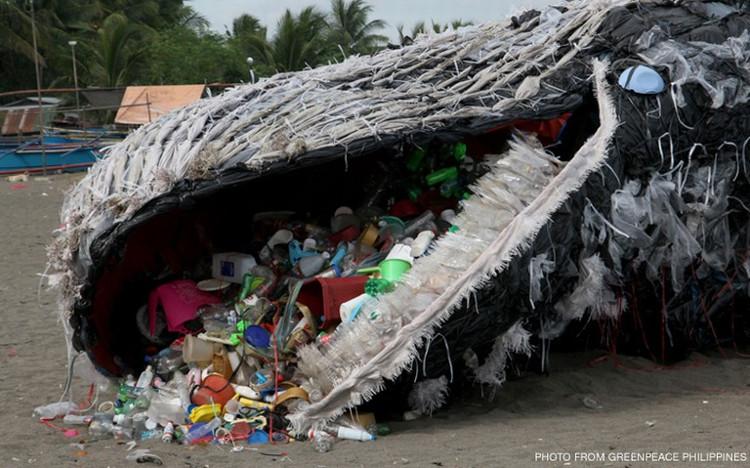 Một tác phẩm minh họa cho việc cá voi đang phải nuốt hàng trăm, hàng ngàn mảnh rác mỗi ngày.
