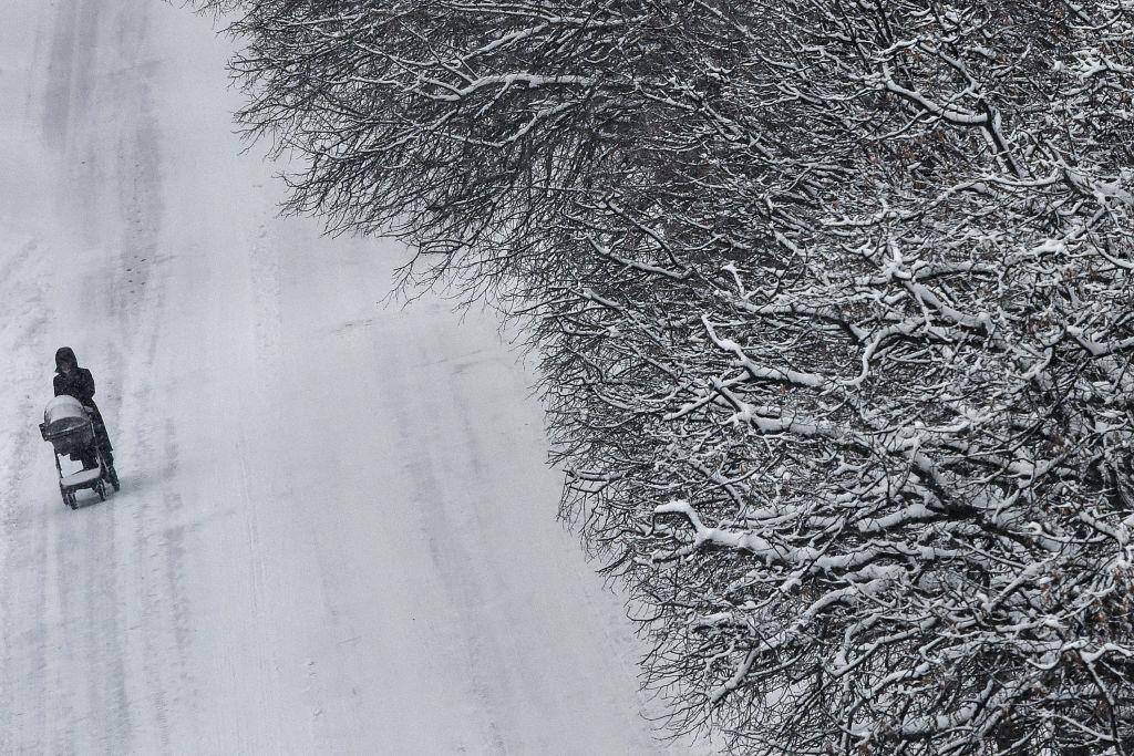 Thời tiết khắc nghiệt đã gây ra hàng loạt gián đoạn giao thông và gây khó khăn cho đời sống của người dân.