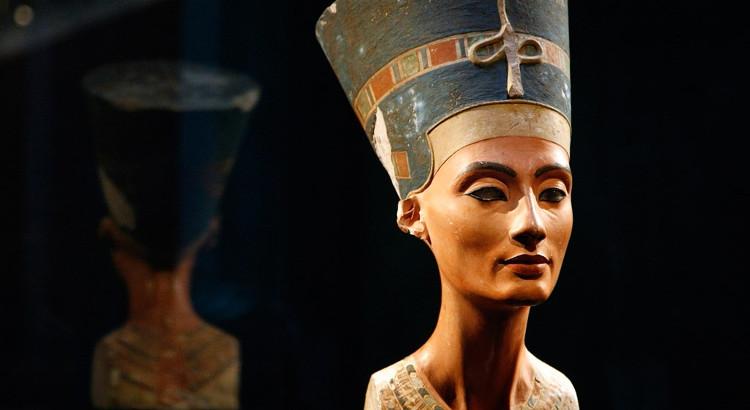 Tượng bán thân của nữ hoàng Nefertiti chế tác vào năm 1345 trước Công nguyên.