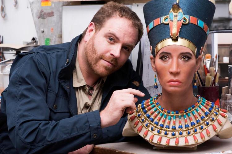 Họa sĩ Daynes bên chân dung phục dựng từ xác ướp Quý bà trẻ của Nữ hoàng Nefertiti