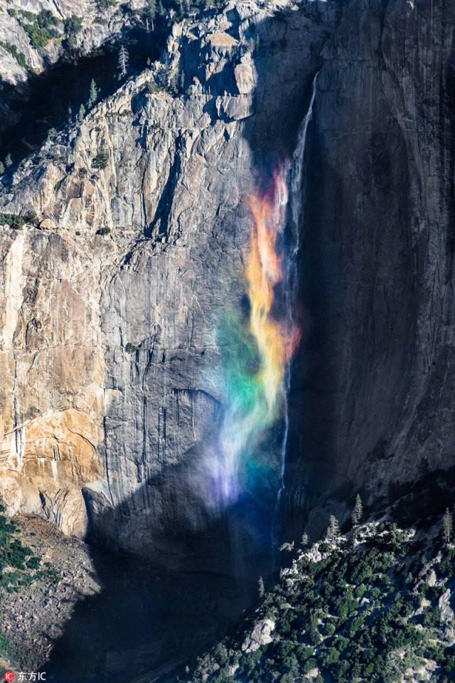 Thác Yosemite có màu cầu vồng rực rỡ.