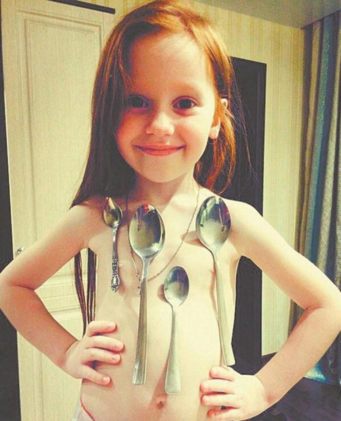 Cô bé nam châm người Nga mới 6 tuổi