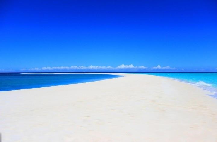 Cát trắng được hình thành từ những mảnh san hô chứa hợp chất canxi cacbonat.