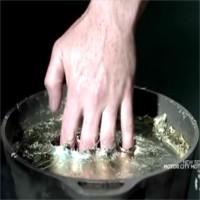 Tại sao bàn tay không bị bỏng khi nhúng vào kim loại nóng chảy?