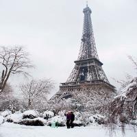 Paris tráng lệ với đợt tuyết rơi kỷ lục trong ba thập kỷ