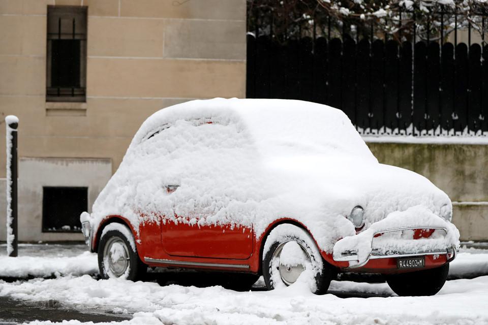 Tuyết phủ đầy một chiếc Fiat 500.